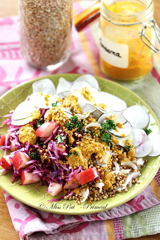Salade détox au chou rouge et sarrasin, sauce curcuma
