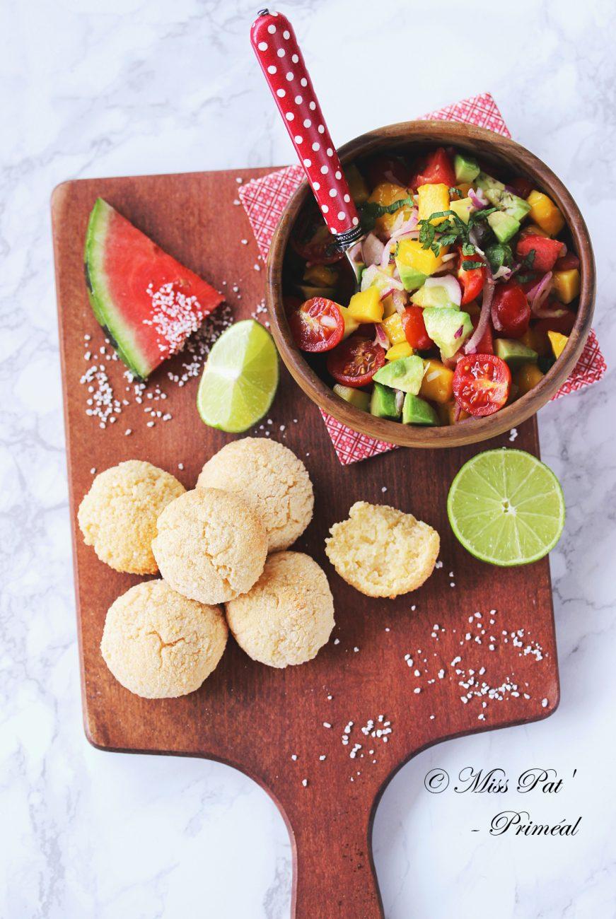 Pao de Queijo, ou pain brésilien au fromage, et salsa de mangue et avocat