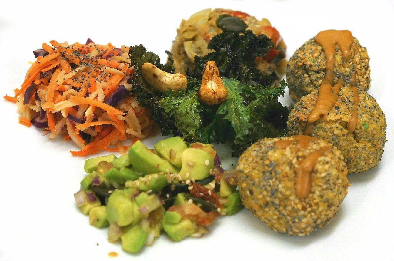 Croquettes de quinoa et mezzés vegan