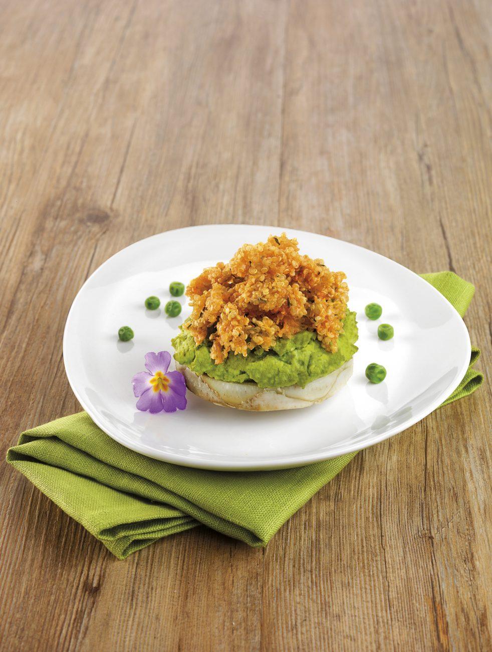 Purée de petits pois sur fond d'artichaut avec crumble de quinoa