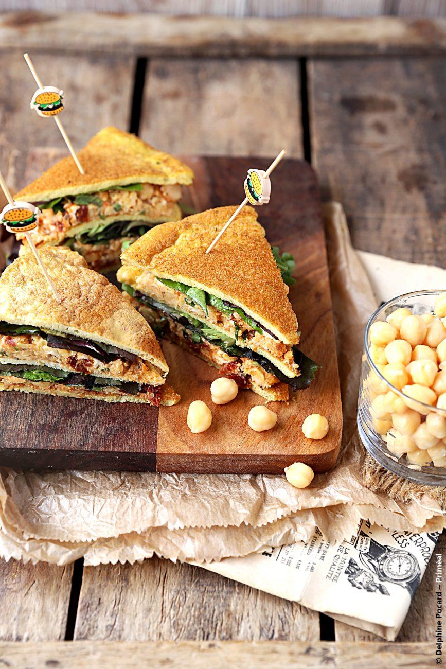 Club sandwich à l'omelette et aux rillettes de pois-chiches