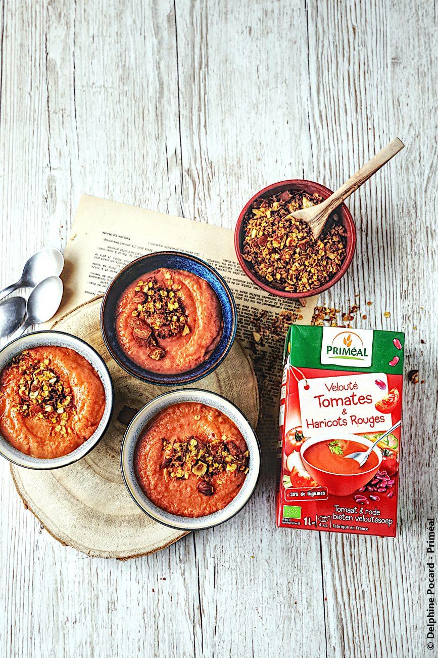 Velouté tomates et haricots rouges, granola salé aux épices