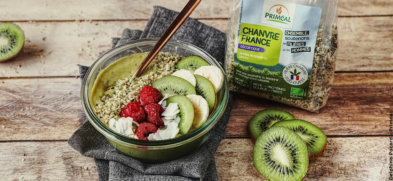 Recette de smoothie bowl chanvre, kiwi et thé matcha